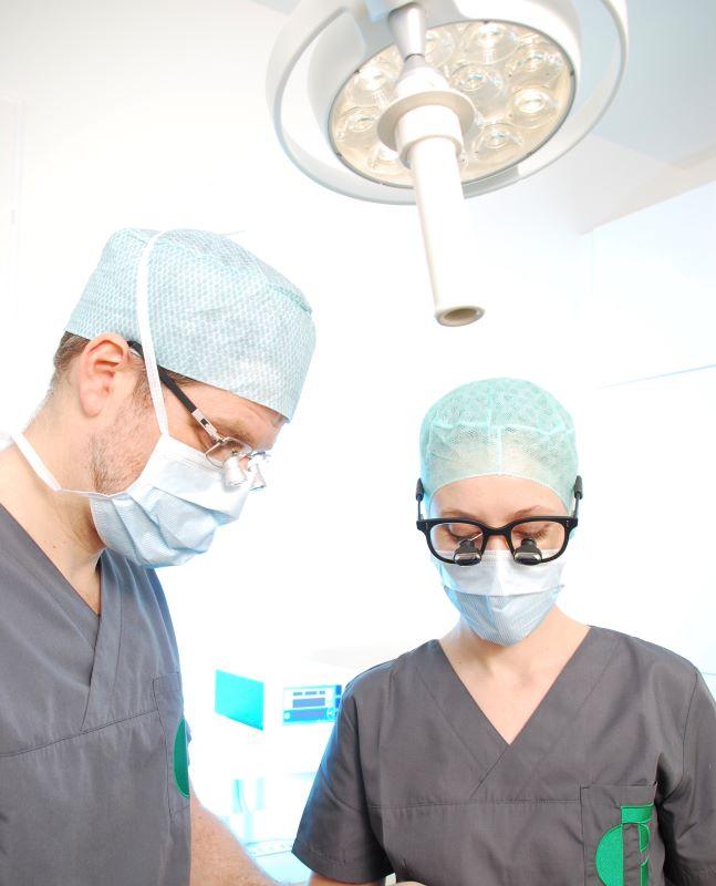 Dr. Frantzen und Dr. Finke sind Fachärzte für Plastische und Ästhetische Chirurgie. Sie lernten sich in der Klinik in Berlin kennen, wo sie jahrelang Leitungsfunktionen besetzten. Dr. Finke und Dr. Frantzen schätzten sich schnell als verlässliche und exzellente Kollegen. Besonders eng wurde die Zusammenarbeit bei den zahlreichen gemeinsamen Operationen, in denen sie mit hochanspruchsvollen mikrochirurgischen Techniken Hand in Hand operierten und oft sehr schwierige Situationen gemeinsam meisterten.