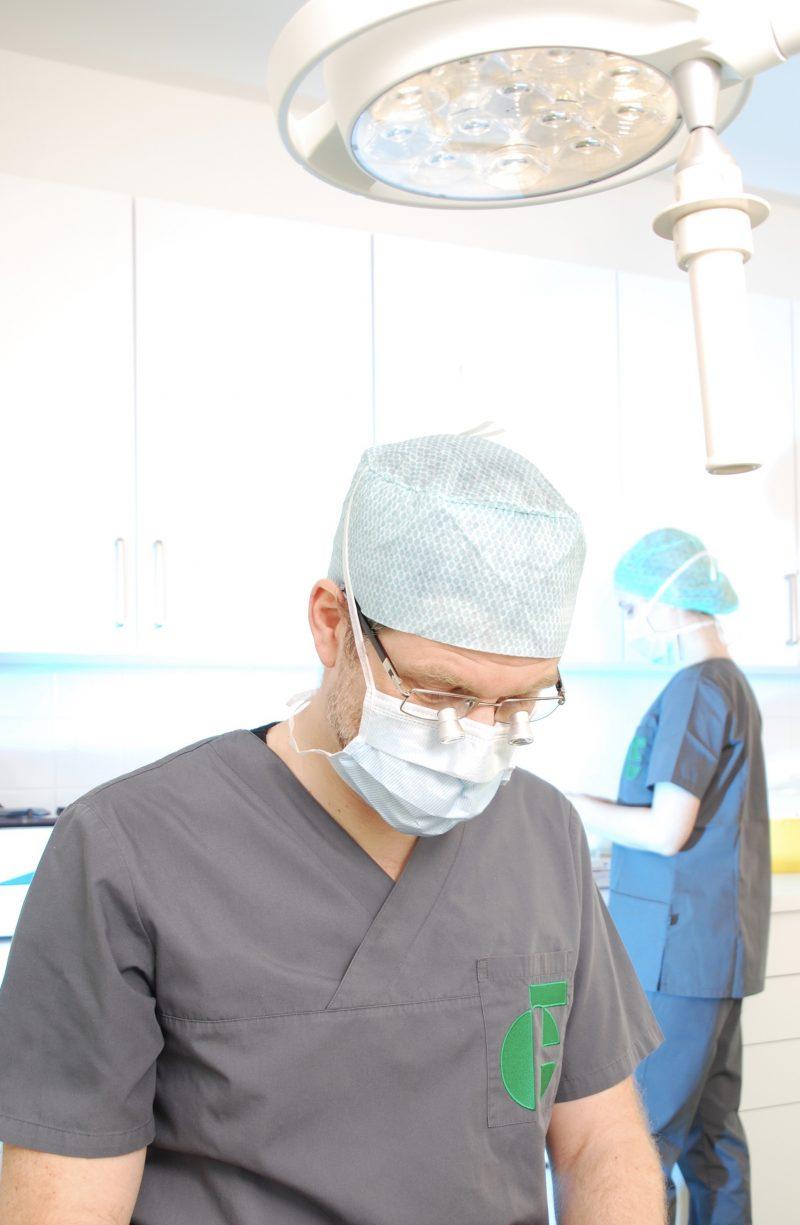 Dr. Frantzen leitete als Chefarzt eine Klinik, in welcher die Mikrochirurgie als fester Bestandteil etabliert war.