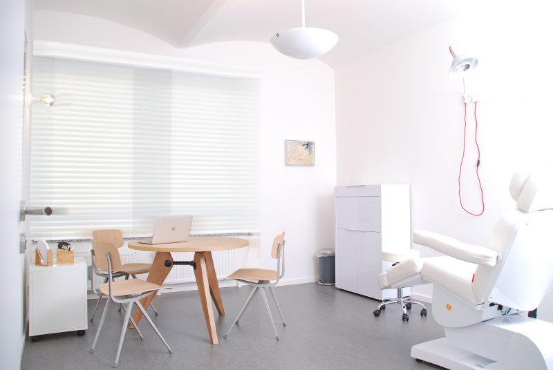 Unsere Behandlungsräume sind hell und freundlich und sollen Ihnen den Weg für ein entspanntes und offenes Gespräch auf Augenhöhe ebnen.