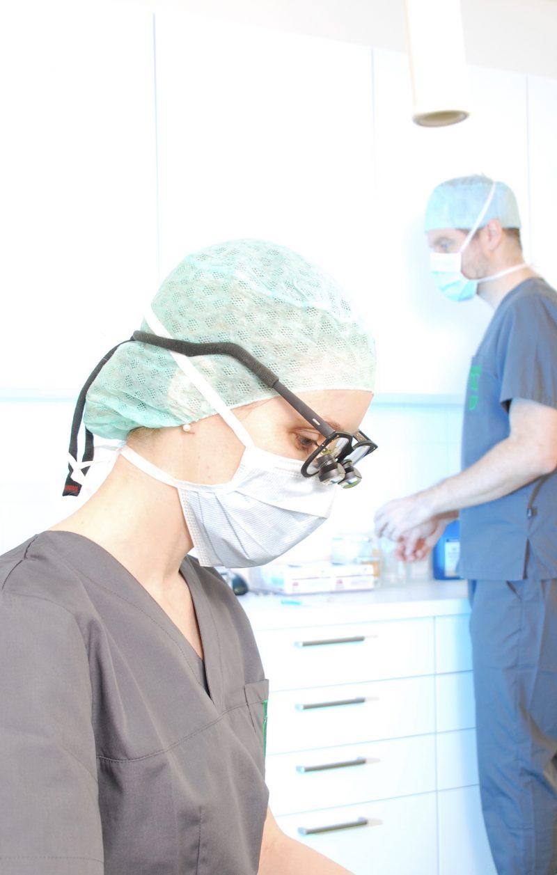 Durch ihre langjährige mikrochirurgische Tätigkeit ist Dr. Finke in der feinsten Präzision äußerst geschickt und erfahren.